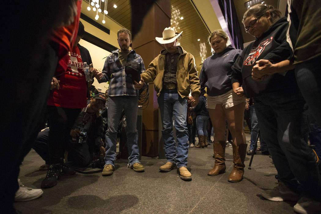 La gente se da la mano en oración por las víctimas del tiroteo masivo en Borderline Bar and Grill durante un velorio en Thousand Oaks, California, el jueves 8 de noviembre de 2018. Richard Brian ...