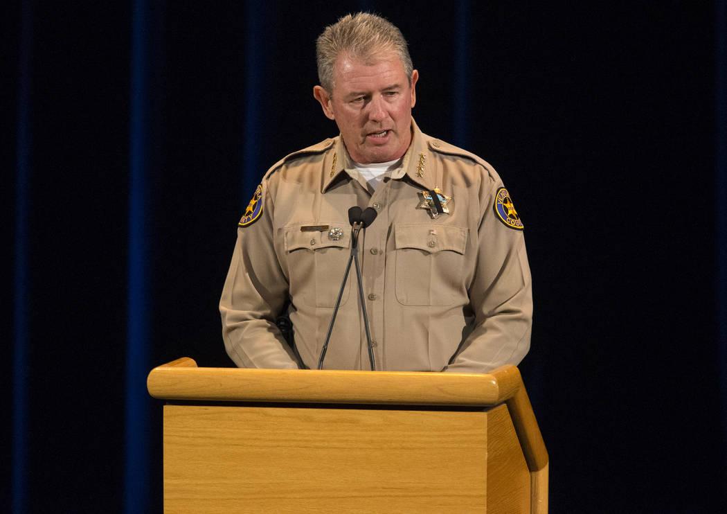 El alguacil del Condado de Ventura, Geoff Dean, habla durante un velorio para las víctimas del tiroteo masivo en Borderline Bar and Grill en Thousand Oaks, California, el jueves 8 de noviembre de ...