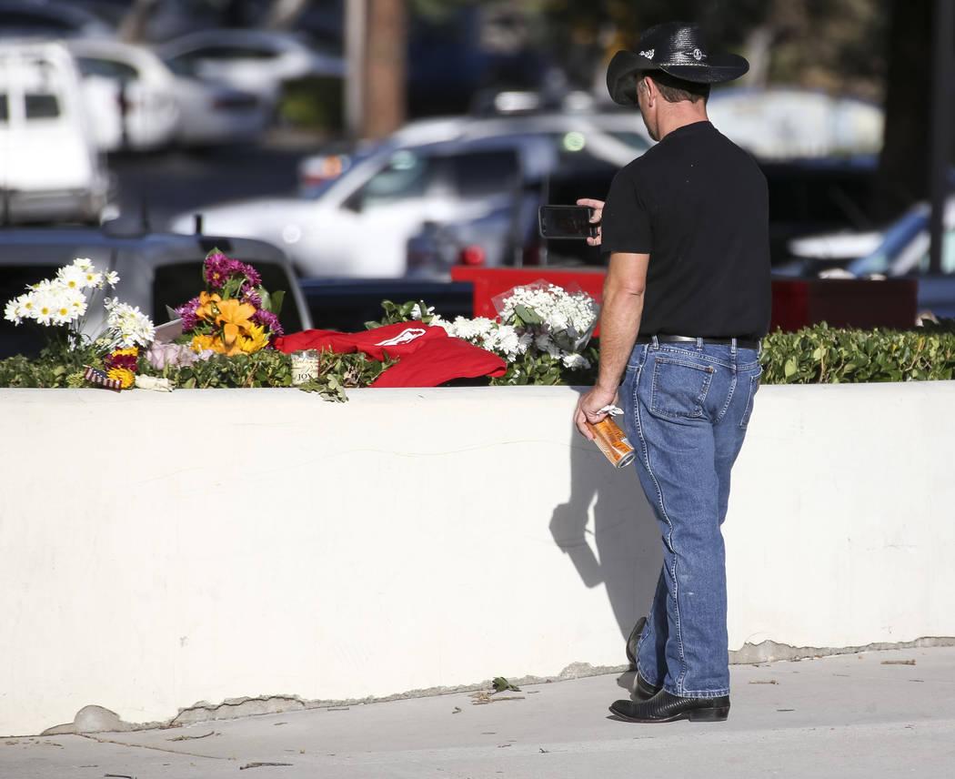 Un hombre toma una foto de los artículos en un monumento conmemorativo para las víctimas del tiroteo masivo Borderline Bar and Grill en Thousand Oaks, California, el jueves 8 de noviembre de 201 ...
