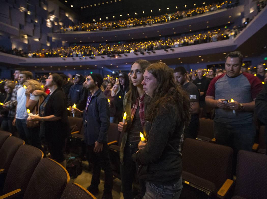La gente se reúne durante un velorio para las víctimas del tiroteo masivo Borderline Bar and Grill en Thousand Oaks, California, el jueves 8 de noviembre de 2018. Richard Brian Las Vegas Review- ...