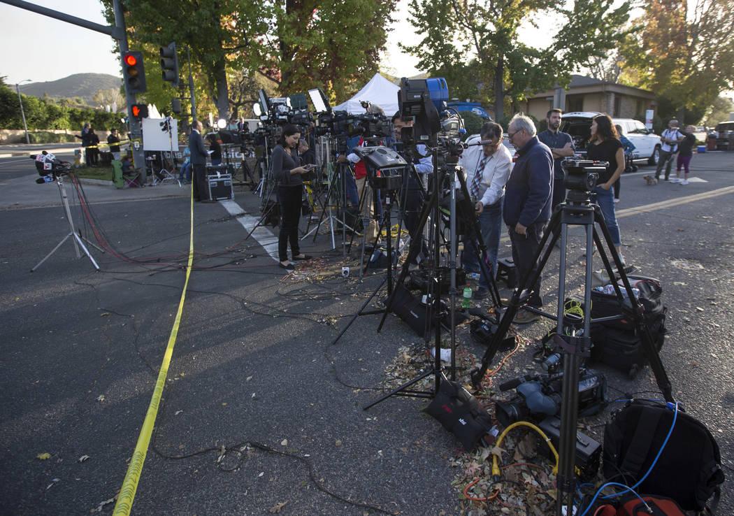 Los miembros de los medios de comunicación se reúnen cerca del sitio del tiroteo masivo Borderline Bar and Grill en Thousand Oaks, California, el jueves 8 de noviembre de 2018. Richard Brian Las ...