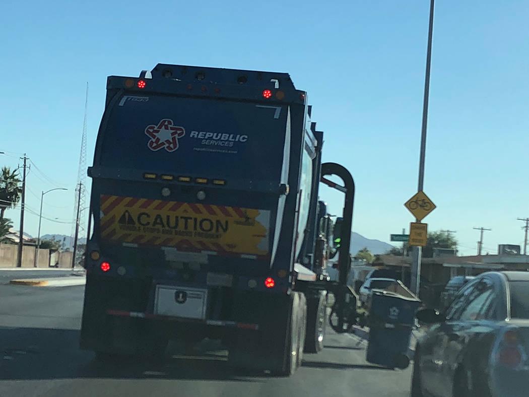 Un camión de Republic Services levanta un contenedor de basura en Vegas Drive, cerca de Tonopah. Miércoles 7 de noviembre de 2018. Foto Valdemar González / El Tiempo - Contribuidor.
