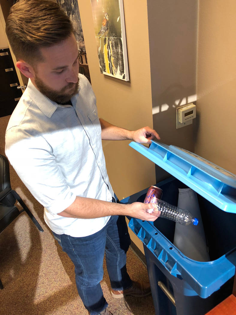 Jeremy Walters, vocero de Republic Services, muestra un contenedor de materiales reciclables. Miércoles 7 de noviembre de 2018. Foto Valdemar González / El Tiempo - Contribuidor.