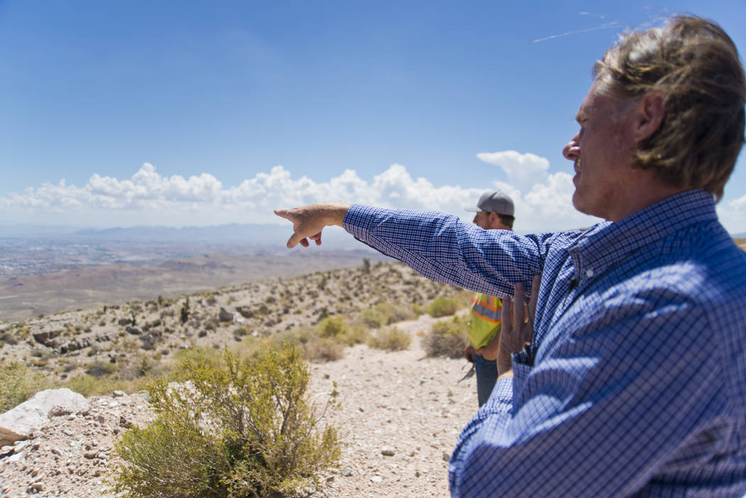 Ron Krater describe una comunidad propuesta durante un recorrido por el sitio dentro de la mina Blue Diamond Hill Gypsum cerca de la ciudad de Blue Diamond el jueves 11 de agosto de 2016. Daniel C ...