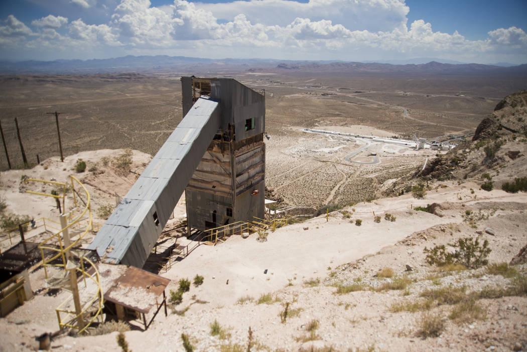 El viejo equipo de minería se ve durante un recorrido por el sitio de una comunidad propuesta dentro de la mina Blue Diamond Hill Gypsum cerca de la ciudad de Blue Diamond el jueves 11 de agosto ...