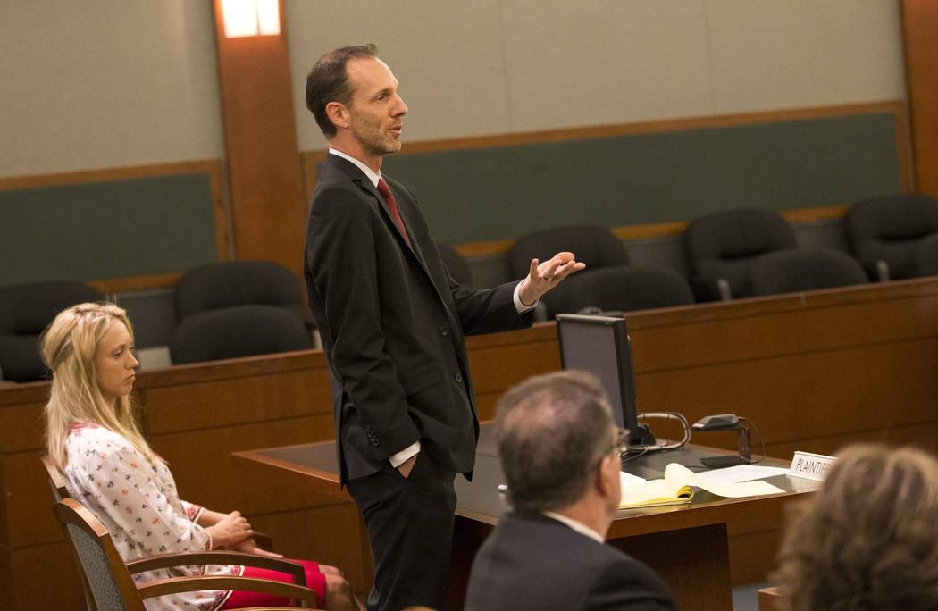 La presidenta de Save Red Rock, Heather Fisher, a la izquierda, escucha mientras su abogado Justin Jones, centro, discute ante el juez Jerry Wiese durante una audiencia sobre una propuesta de desa ...