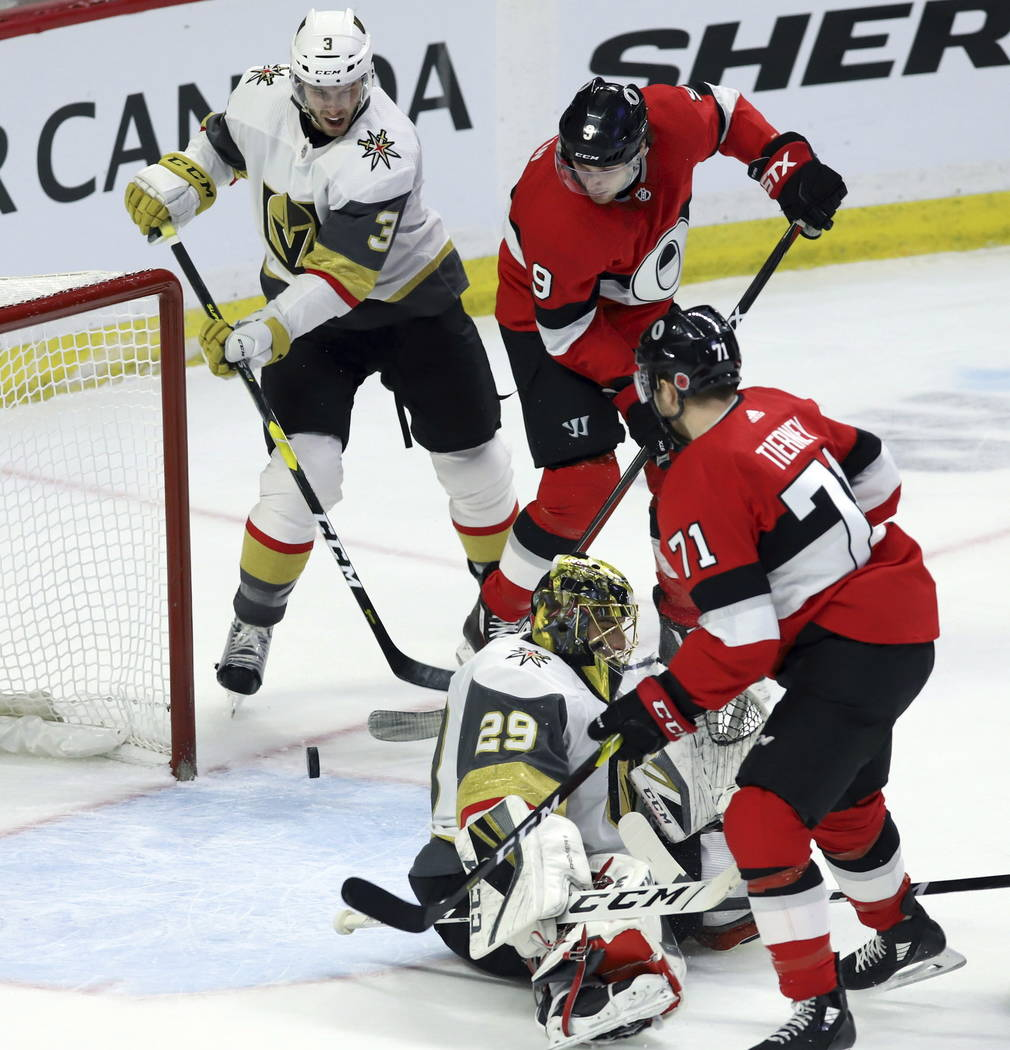 El alero derecho de los Senators de Ottawa, Bobby Ryan (9), intenta inclinar el pase de puck del portero Marc-André Fleury de las Vegas Golden Knights (29) mientras el defensor Brayden McNabb (3) ...