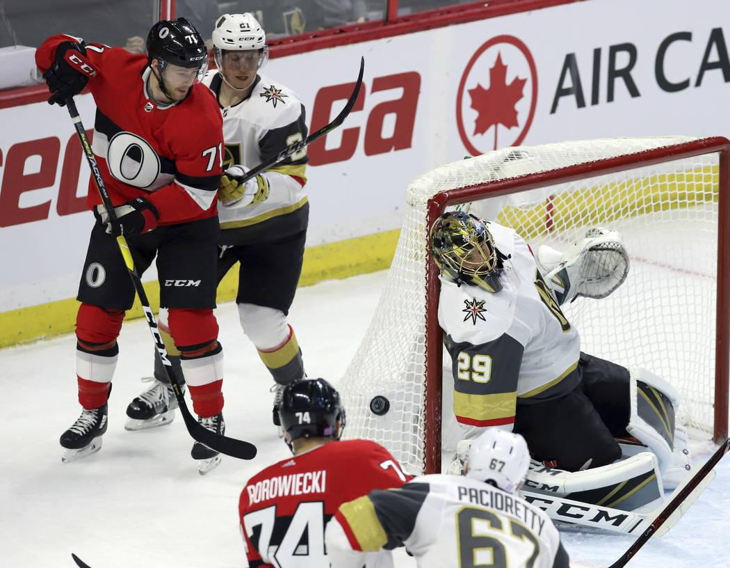 El centro de los Senators de Ottawa, Chris Tierney (71) y el centro de los Golden Knights de Las Vegas, Cody Eakin (21) observan que el portero de los Golden Knights de Las Vegas Marc-André Fleur ...