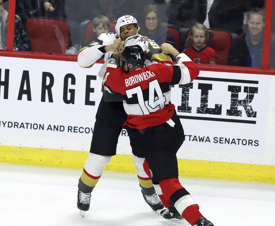 El defensa Mark Borowiecki (74) de los Senators de Ottawa y Ryan Reaves (75), ala derecha de Vegas Golden Knights, lucharon durante el segundo período de un juego de hockey de la NHL, el miércol ...