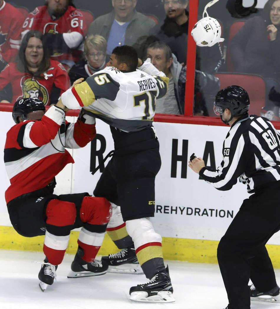 El defensa Mark Borowiecki (74) de los Senators de Ottawa y Ryan Reaves (75), alero derecha de Vegas Golden Knights, lucharon durante el segundo período de un juego de hockey de la NHL, el miérc ...