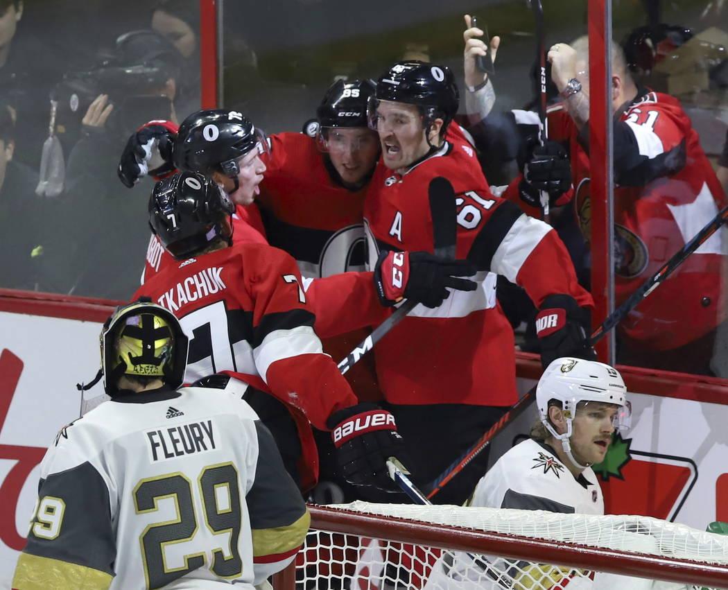 El centro de los Senators de Ottawa, Matt Duchene (95) celebra su gol contra los Golden Knights de Las Vegas con sus compañeros Mark Stone (61) Thomas Chabot y Brady Tkachuk (7) como portero de l ...