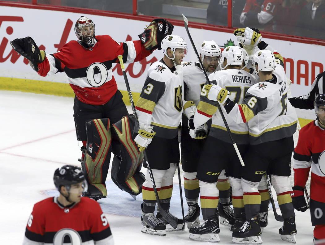El portero de los Senators de Ottawa, Craig Anderson (41), reacciona cuando reclama la interferencia del portero después del centro Pierre-Edouard Bellemare (41) de Las Vegas Golden Knights duran ...