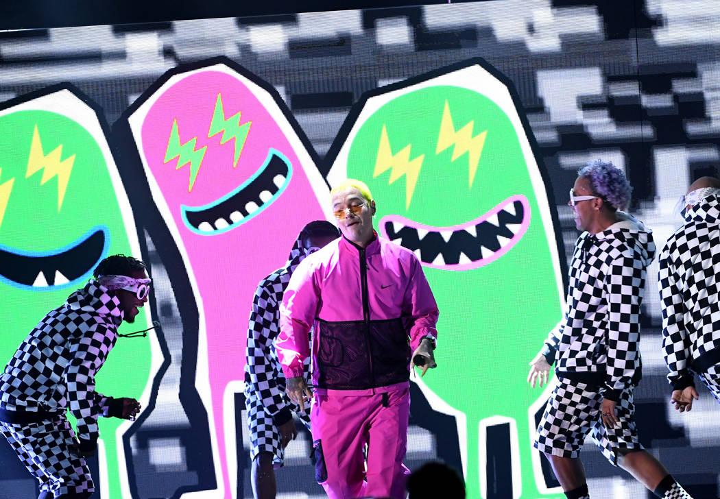 J Balvin se presenta en el escenario en la décimo octava entrega de los premios Grammy en el MGM Grand Garden Arena el 16 de noviembre de 2017 en Las Vegas, Nevada. (Foto por Kevin Winter / Getty ...