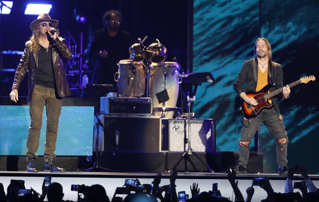 Fer Olvera, a la izquierda, y Sergio Vallin, de Maná, se presentan en los Billboard Latin Music Awards en el Mandalay Bay Events Center el jueves 26 de abril de 2018, en Las Vegas. (Foto por Eric ...
