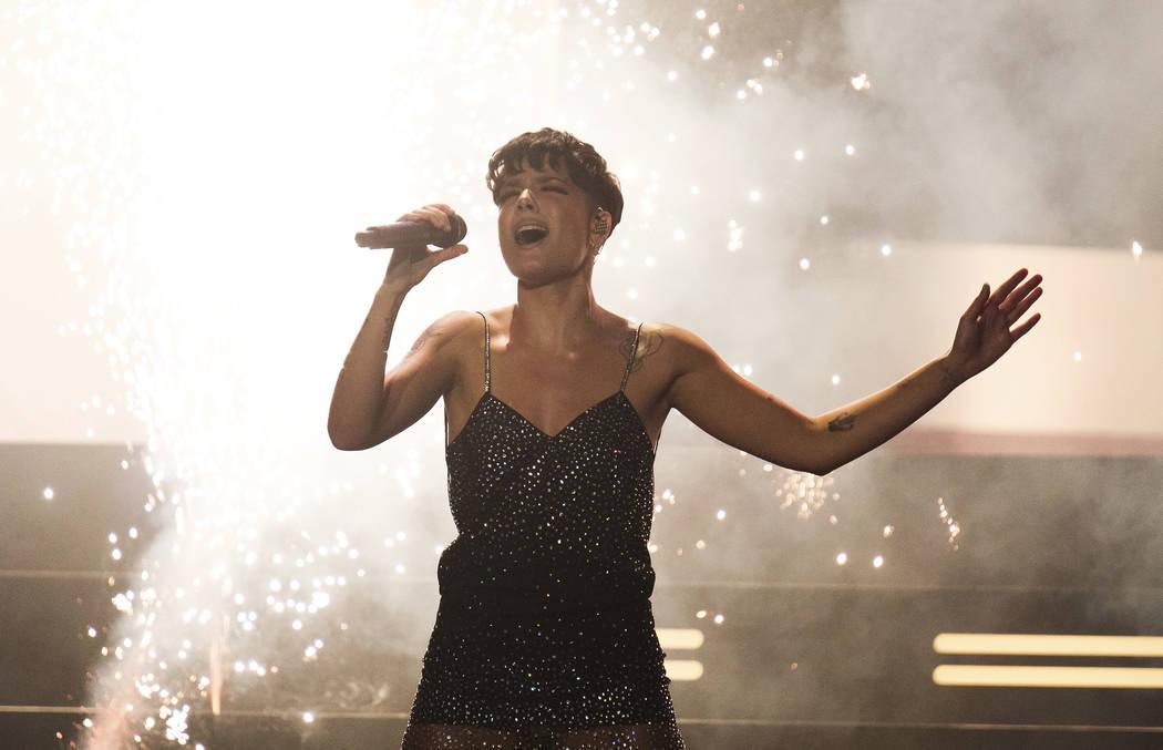 Halsey se presenta en el iHeartRadio MuchMusic Video Awards el domingo 26 de agosto de 2018, en Toronto. (Foto por Jess Baumung / Invision / AP)