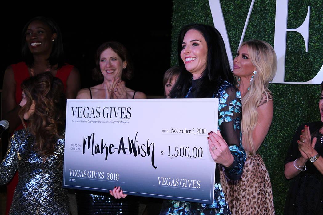 Kristen Winchell de Make-A-Wish, recibió un cheque de parte de la corporación Howard Hughes y Modern Luxury Vegas Magazine. Miércoles 7 de noviembre de 2018, en Fairwall Hills in The Ridges, Su ...