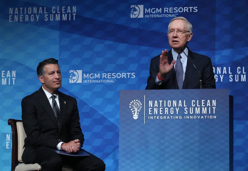 El ex senador estadounidense Harry Reid, demócrata por Nevada, habla mientras el gobernador Brian Sandoval observa durante la Cumbre Nacional de Energía Limpia el viernes 13 de octubre de 2017 e ...