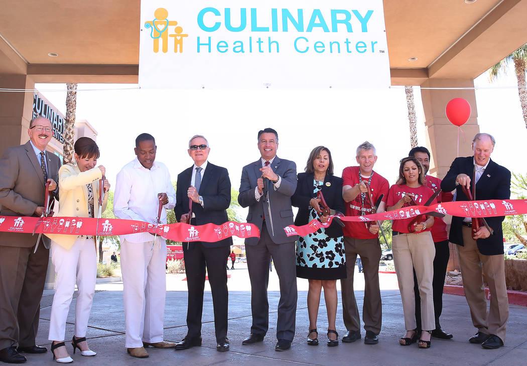 El gobernador Brian Sandoval, centro, y el senador estadounidense Harry Reid, D-Nevada, cuarto a la izquierda, participaron en una ceremonia de corte de cinta durante el gran evento de apertura de ...
