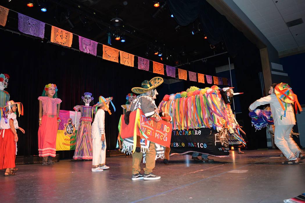 """La danza """"El torito de petate"""" fue interpretado por el grupo Tacámbaro Pueblo Mágico. Sábado 10 de noviembre de 2018, en el renombrado Centro Cultural Winchester Dondero. Foto Frank Alejand ..."""