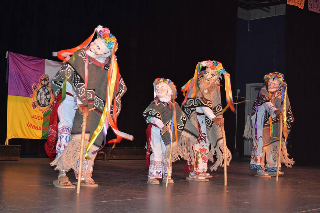 Pedro Tadeo, al frente de la Danza de los Viejitos. El grupo es originario de Corupo, Michoacán. Sábado 10 de noviembre de 2018, en el renombrado Centro Cultural Winchester Dondero. Foto Frank A ...