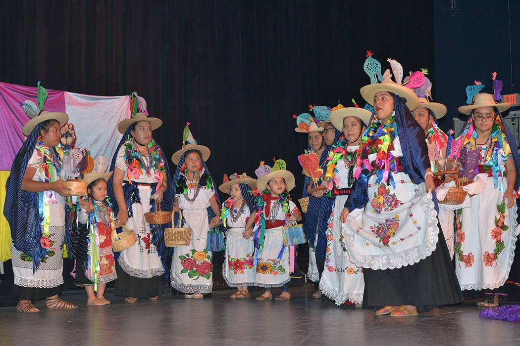 Flor Purépecha, de Aranza, Michoacán, también se presentaron en el festival organizado por la comunidad aglutinada en el Club de Migrantes de Uruapan. Sábado 10 de noviembre de 2018, en el ren ...