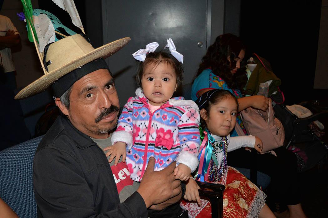 Benedicto llevó a su niña Aurora al festival, ellos son originarios de Aranza, Michoacán. Sábado 10 de noviembre de 2018, en el renombrado Centro Cultural Winchester Dondero. Foto Frank Alejan ...