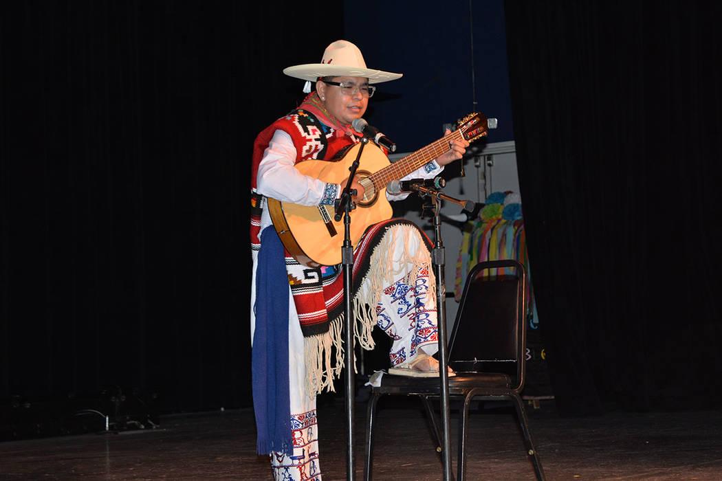 Hernán Hernández interpretó Canción Purépecha. Sábado 10 de noviembre de 2018, en el renombrado Centro Cultural Winchester Dondero. Foto Frank Alejandre / El Tiempo.