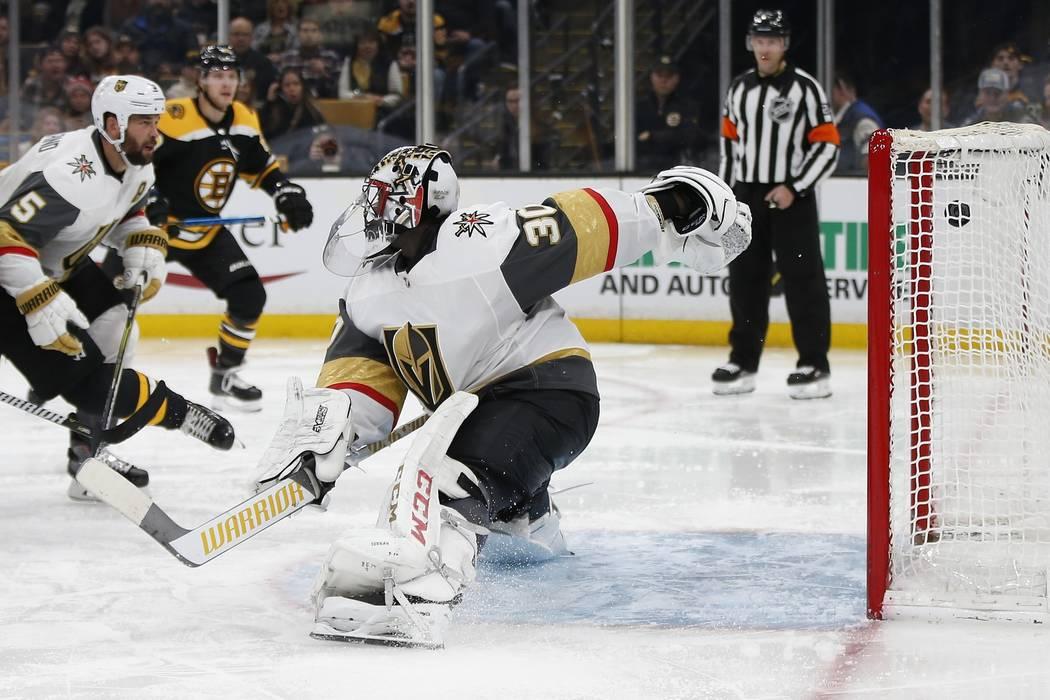 El gol de Brad Marchand de los Boston Bruins entró en la red detrás de Malcolm Subban (30) de los Vegas Golden Knights durante el segundo período de un juego de hockey de la NHL en Boston, el d ...