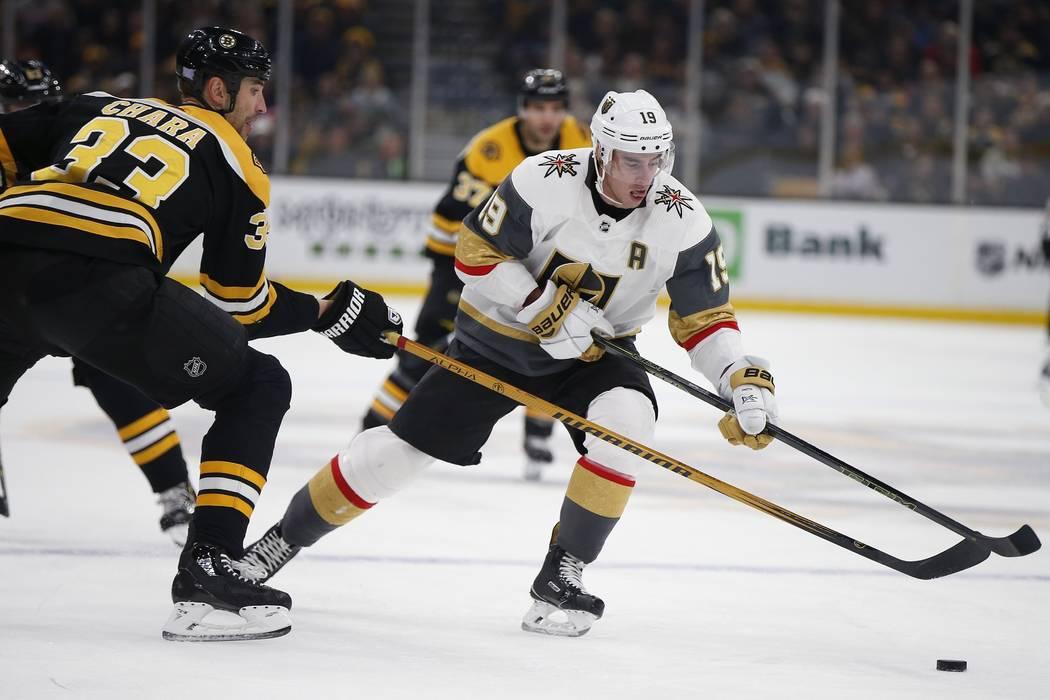 'Zdeno Chara (33) de los Boston Bruins, lucha contra Reilly Smith (19) de los Vegas Golden Knights por el puck durante el primer tiempo de un juego de hockey de la NHL en Boston, domingo 11 de nov ...