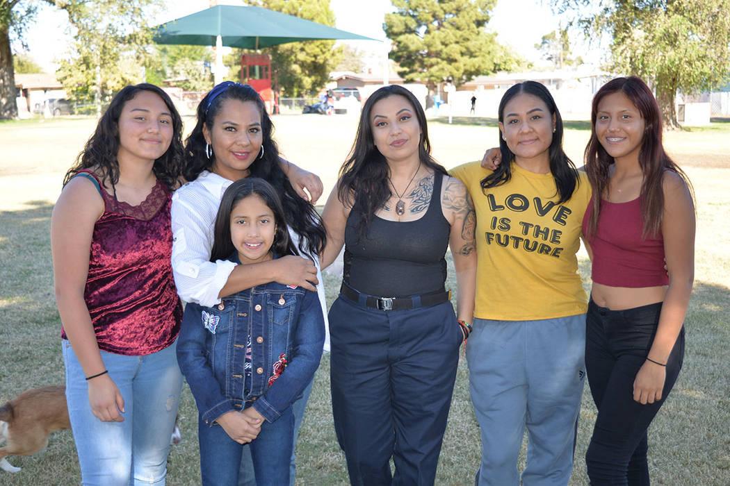 En la foto, desde la izquierda: Ángela Muñoz, Yolanda Medrano, la niña Arely, Jessica Vásquez, Honey Denekawa y Jessica Muñoz. Sábado 10 de noviembre en el parque College, de North Las Vegas ...