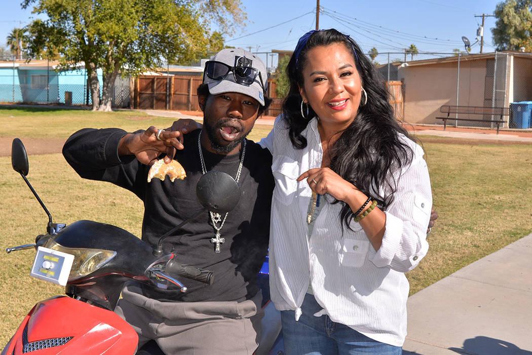 Yolanda Medrano, es fundadora del programa Healing Hearts, aquí con Marcus, un transeúnte que deambulaba en el parque y fue invitado al Agape. Sábado 10 de noviembre en el College Park, de Nort ...