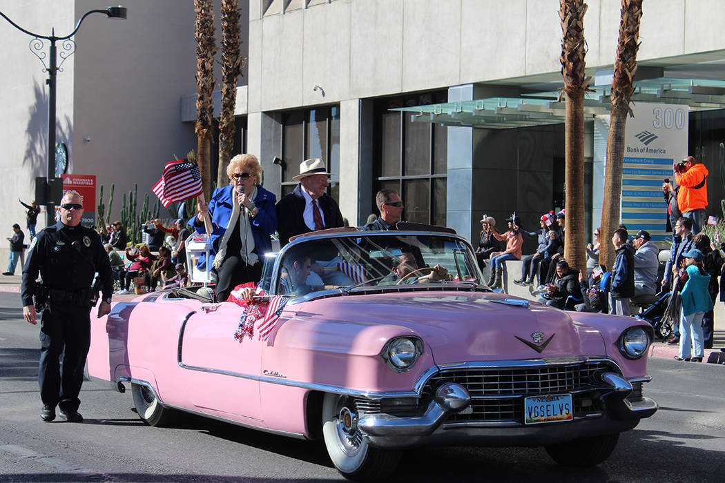 """La alcaldesa Carolyn Goodman dio las """"gracias"""" a los Veteranos en su trayecto. Domingo 11 de noviembre de 2018, en la Calle 4. Foto Cristian De la Rosa / El Tiempo - Contribuidor."""