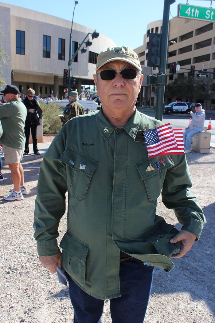 Oscar Dehoyos participó en la Guerra de Vietnam, su padre fue combatiente en la Segunda Guerra Mundial. Domingo 11 de noviembre de 2018, en la Calle 4. Foto Cristian De la Rosa / El Tiempo - Cont ...