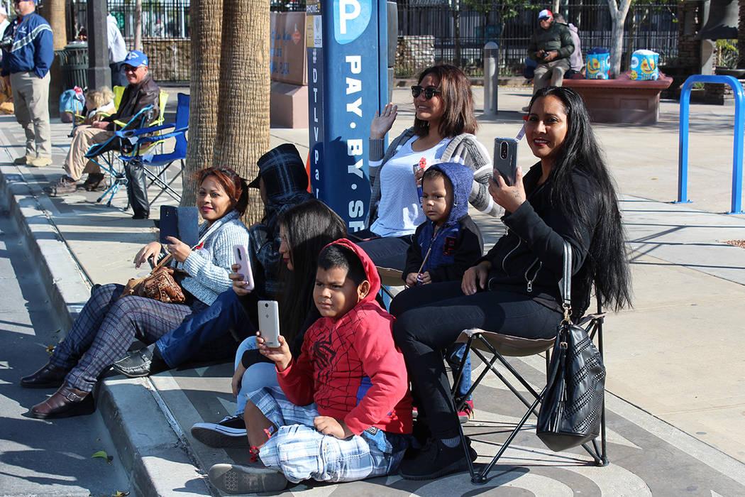 La familia Cornejo asistió en apoyo a uno de sus integrantes que marchó en el desfile. Domingo 11 de noviembre de 2018, en la Calle 4. Foto Cristian De la Rosa / El Tiempo - Contribuidor.