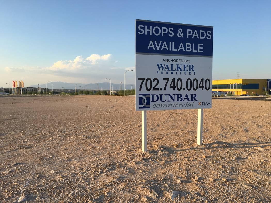 Walker Furniture anunció planes en marzo de 2017 para construir una tienda junto a Ikea en el sudoeste del Valle de Las Vegas, en esta propiedad que se vio el 13 de agosto de 2018. La tienda no s ...