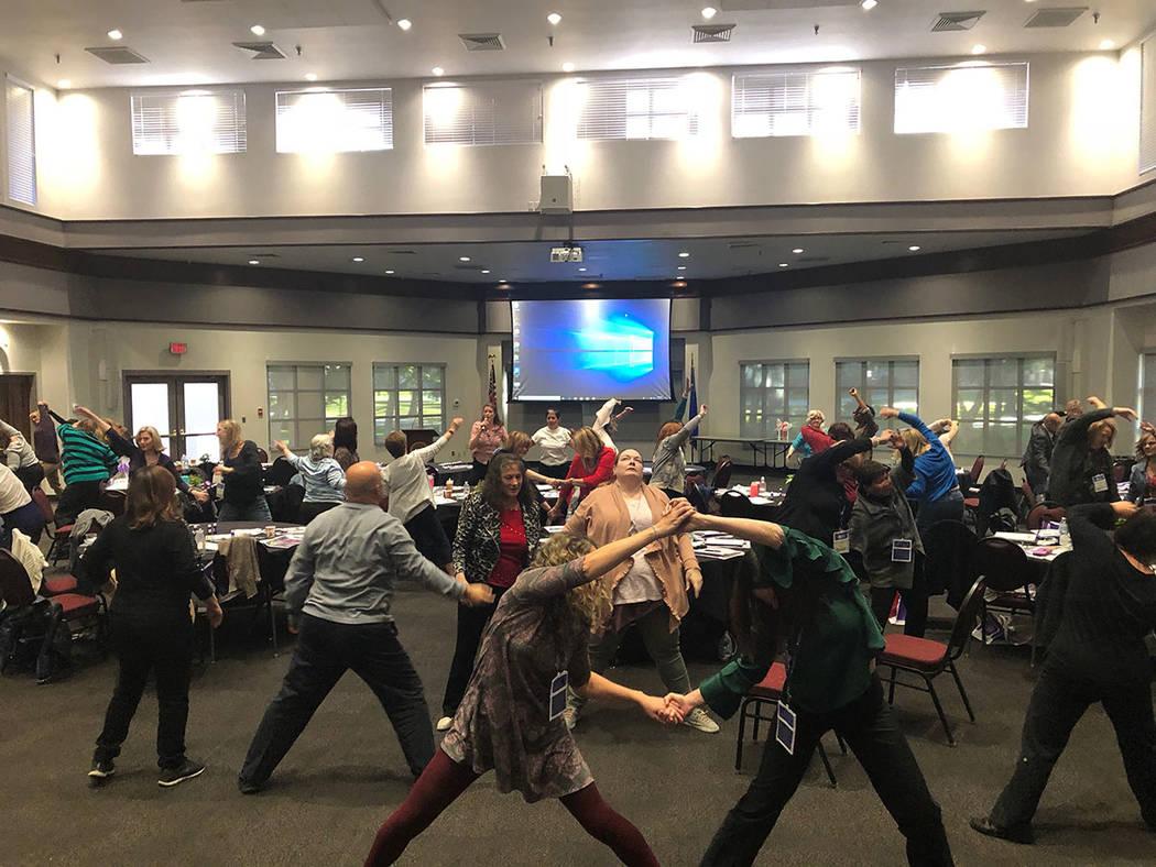 Momento de ejercicios durante la Conferencia de Enfermeras Holísticas, el viernes 9 de noviembre de 2018 en UNLV. Foto Cortesía AHNA.