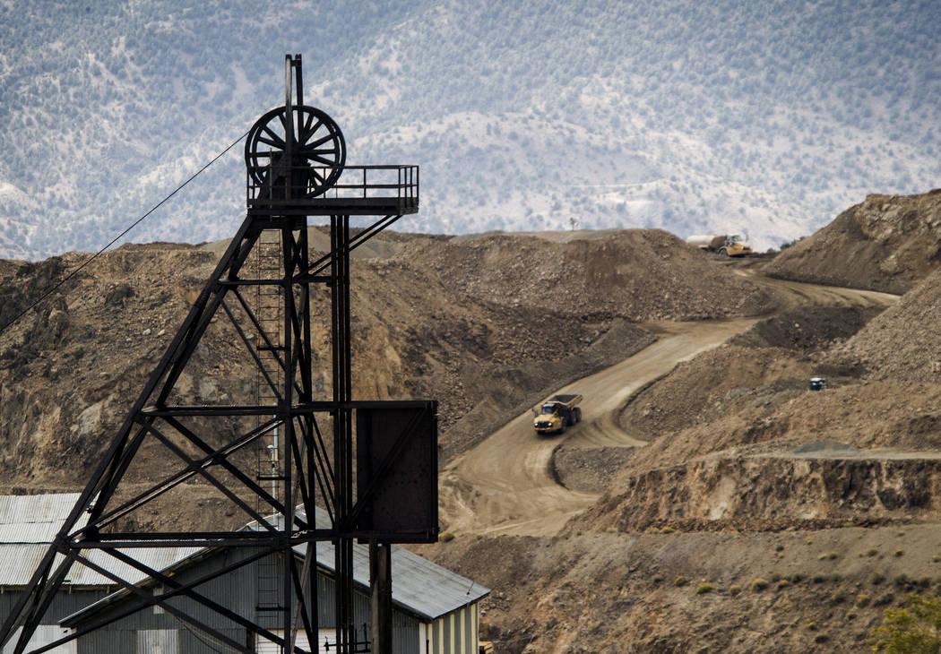 El pozo de la Mina de Nueva York en primer plano con las operaciones mineras del 26 de septiembre de 2013, en Billy the Kid Pit en el Condado de Storey. (Las Vegas Review-Journal archivo)