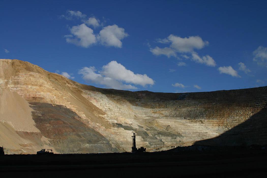 Foto de la mina de oro Round Mountain como se muestra en fotos sin fecha del propietario de la mina, Kinross Gold Corp. de Canadá. Kinross está buscando opciones que prolongarían la vida útil ...