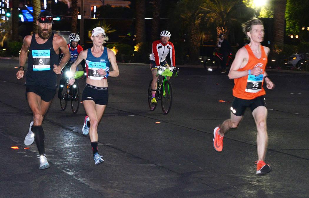 Thomas Puzey, a la izquierda, se impuso en la rama varonil del maratón con un crono de 2:25:55 horas. Domingo11 de noviembre de 2018, en el maratón internacional de Las Vegas. Foto Frank Alejand ...