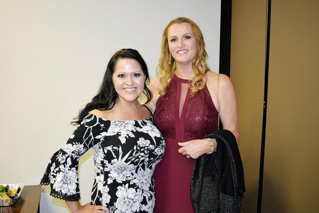 Angela Tosca, de Centennial Medical Group y la autora Britney Gooch, felicitaron a los graduados. Viernes 9 de noviembre de 2018, en las oficinas del abogado Paul Padda. Foto Frank Alejandre / El ...