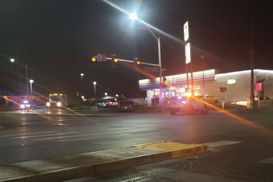 Detectives de homicidios investigan un tiroteo fatal el lunes en 1101 E. Bonanza Road. (Brett Steidler / Las Vegas Review-Journal)