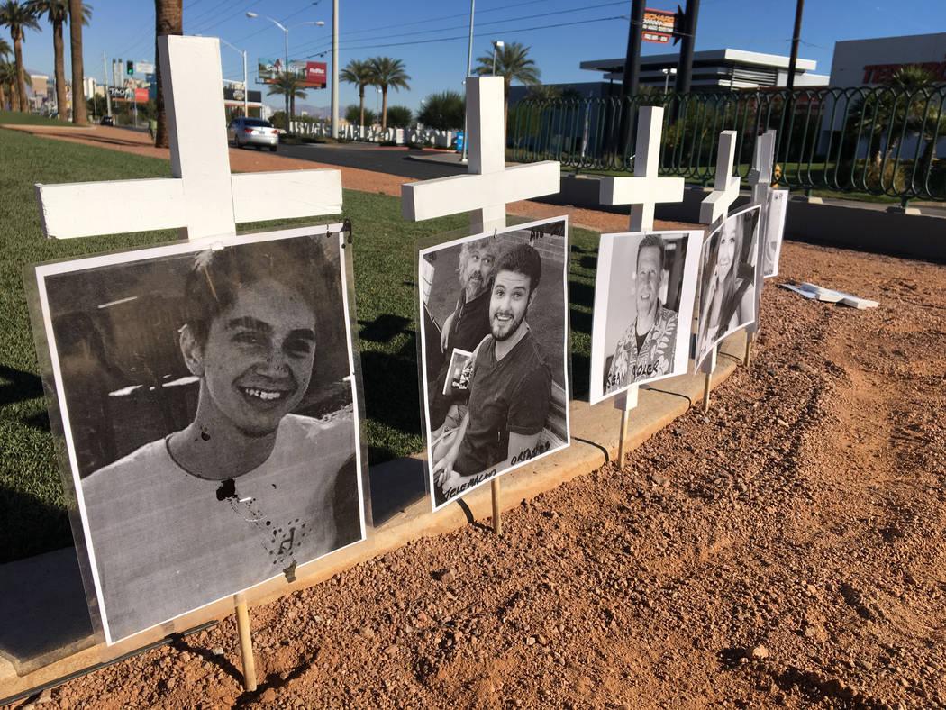 Once cruces en honor a las víctimas del tiroteo en Borderline Bar and Grill en Thousand Oaks, California, están en exhibición en el letrero Welcome to Fabulous Las Vegas el lunes 12 de noviembr ...
