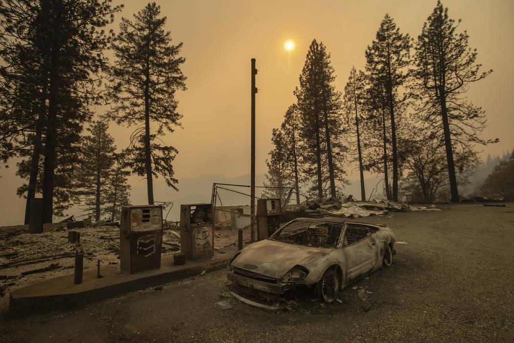 A medida que el Camp Fire arde cerca, un auto chamuscado se ve cerca de las gasolineras cerca de Pulga, California, el domingo 11 de noviembre de 2018. (AP Photo / Noah Berger)