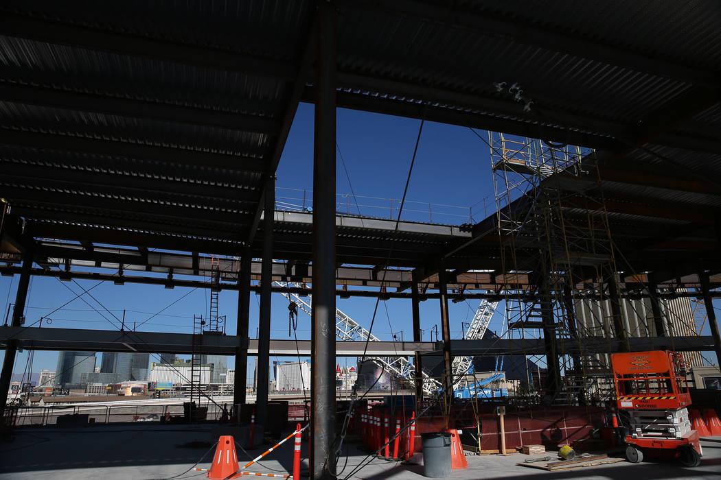La vista desde la explanada inferior donde se construirá la llama eterna de Al Davis y alcanzará la explanada principal a través de una abertura en el techo del estadio de conducción de los Ra ...