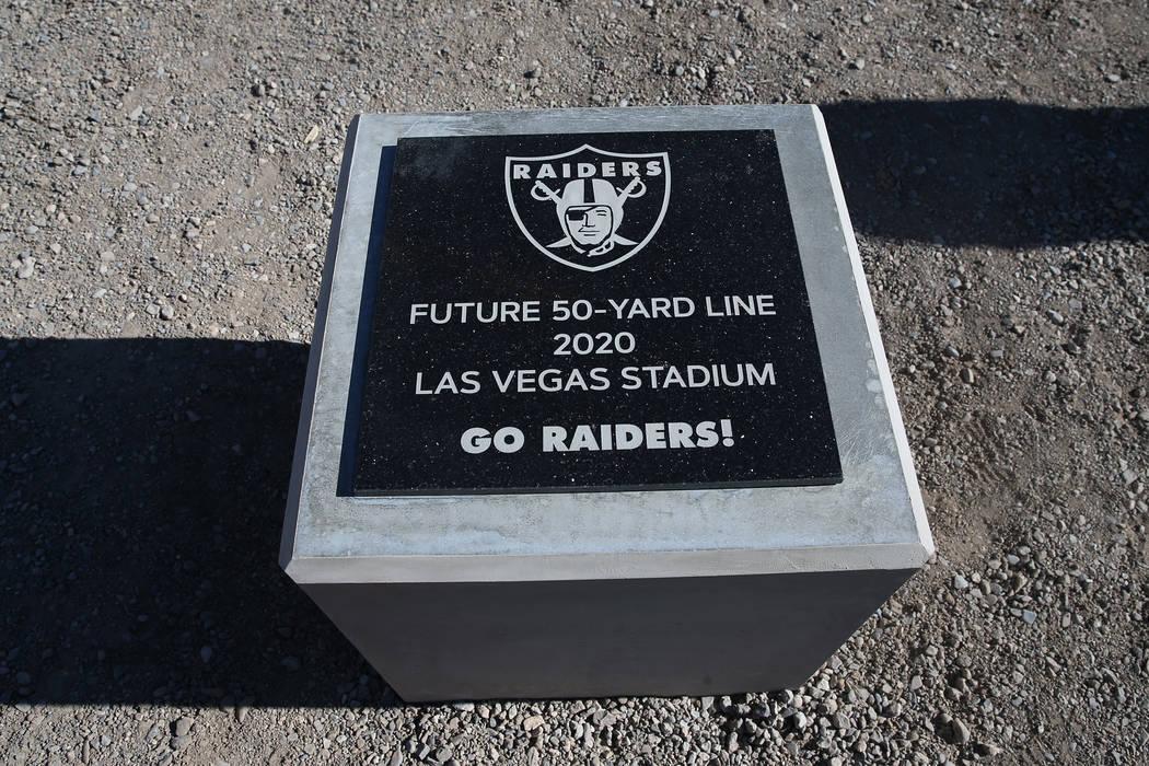 El marcador de la línea de 50 yardas en el sitio de construcción del estadio de los Raiders en Las Vegas cuando los trabajadores se fueron por el día en reconocimiento al Día de los Veteranos ...