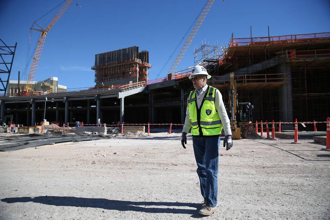 Don Webb, director de operaciones de LV Stadium Co., realiza un recorrido en un sitio de construcción tranquilo del estadio Raiders en Las Vegas cuando los trabajadores descansaron por el Día de ...