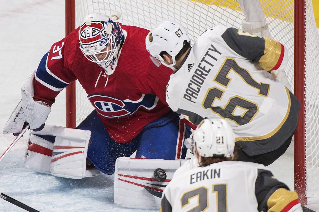 El Max Pacioretty de los Golden Knights de Vegas lanza un tiro al portero de los Montreal Canadiens, Antti Niemi, durante el primer período de un juego de hockey de la NHL, el sábado 10 de novie ...