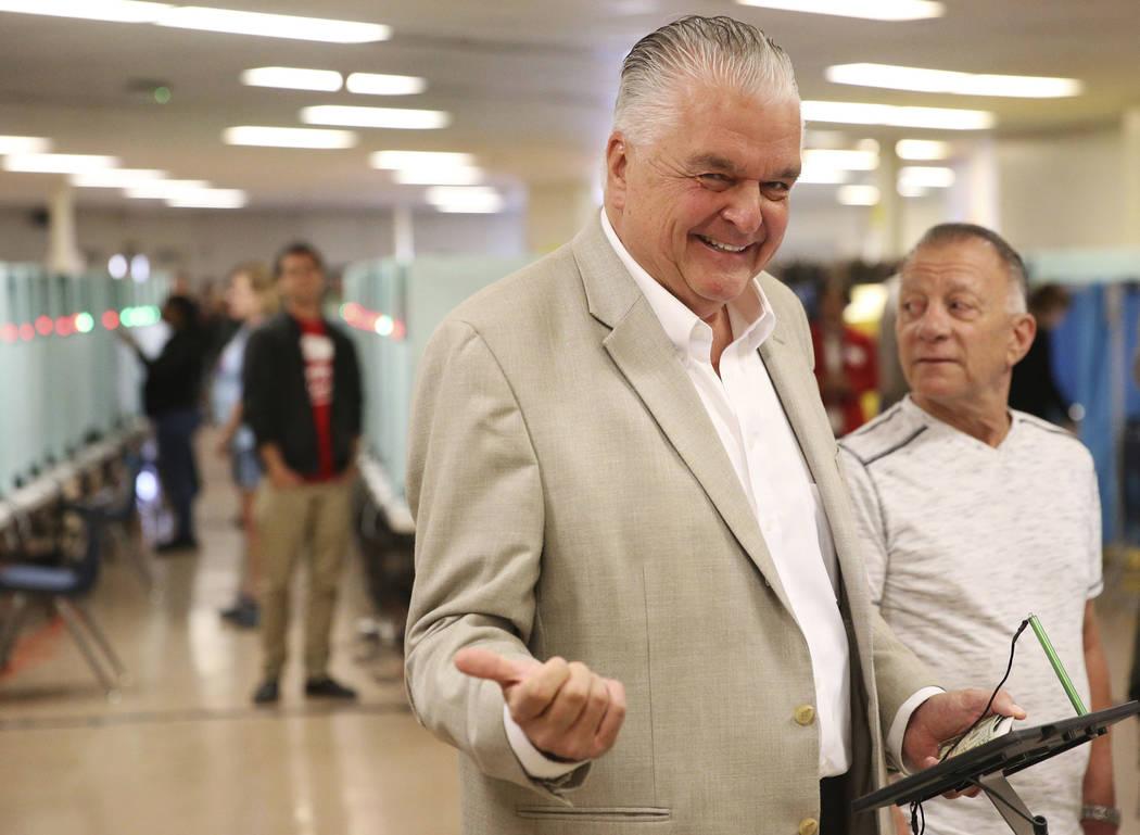 Steve Sisolak, candidato a la gobernación demócrata de Nevada, espera emitir su voto en una mesa electoral en la Escuela Intermedia Kenny Guinn en Las Vegas, el martes 6 de noviembre de 2018. Er ...