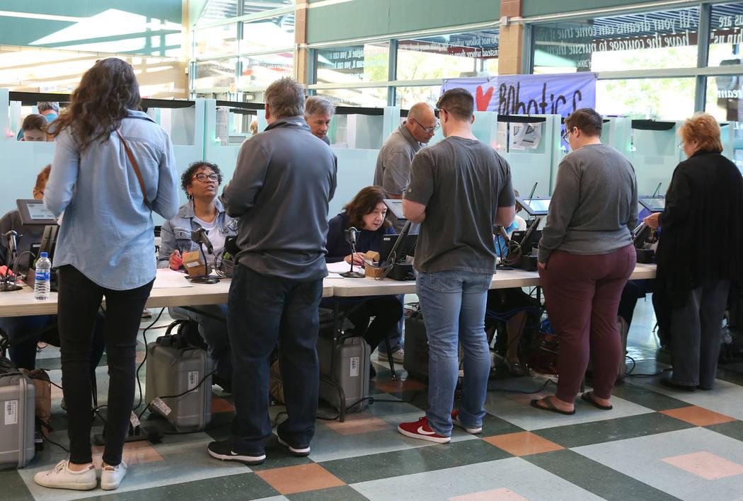 Los votantes se registran para emitir su voto en una mesa electoral en Coronado High School el martes 6 de noviembre de 2018, en Henderson. (Bizuayehu Tesfaye / Las Vegas Review-Journal) @bizutesfaye