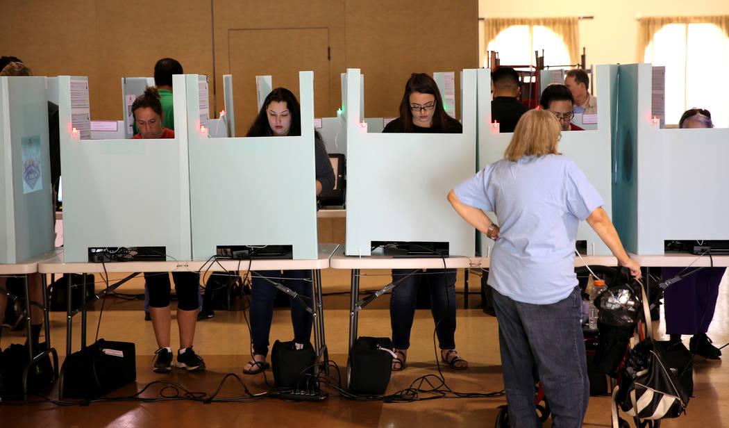 Los votantes depositan sus boletas en la Iglesia Luterana de Los Lagos en Las Vegas el martes 6 de noviembre de 2018. K.M. Cannon Las Vegas Review-Journal @KMCannonPhoto